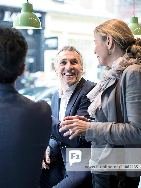 Geschäftsleute im Gespräch im Restaurant