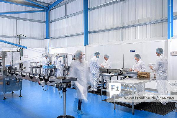 Arbeiter an der Produktionslinie in einer pharmazeutischen Fabrik