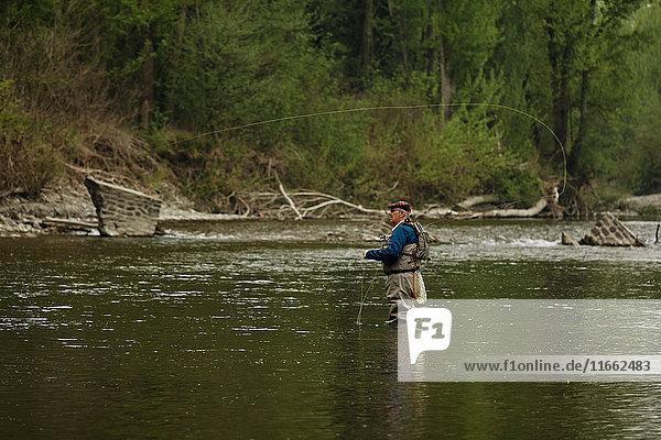 Mann fischt im Fluss