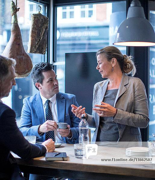 Geschäftsleute beim Arbeitsessen im Restaurant