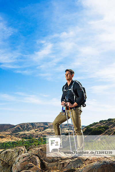 Männlicher Wanderer am Fels