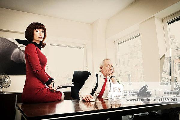 Sekretär mit leitendem Manager im Amt