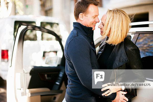 Mann und Frau freuen sich über ein Wiedersehen