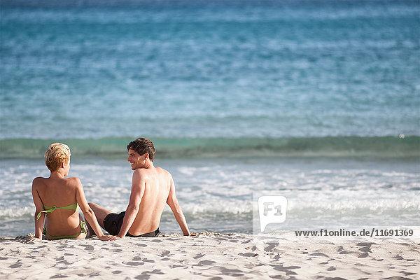 Paar entspannt gemeinsam am Strand