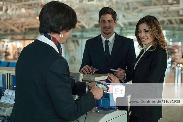 Geschäftsleute am Flughafen checken im Bereich ein