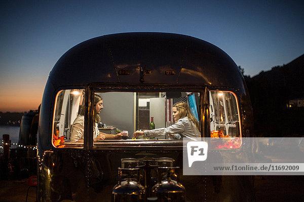 Ehepaar isst gemeinsam im Wohnwagen