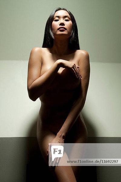 Nackte Frau  die Brüste und Becken bedeckt