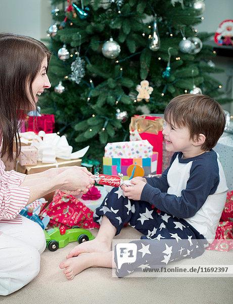 Mutter und Sohn ziehen Weihnachtskräcker