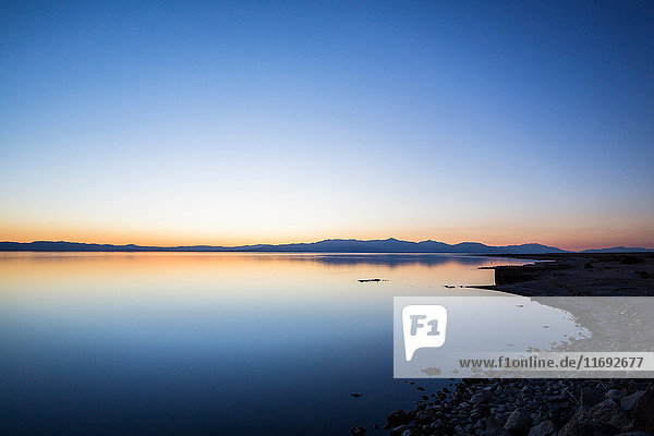 Stiller See in ländlicher Landschaft