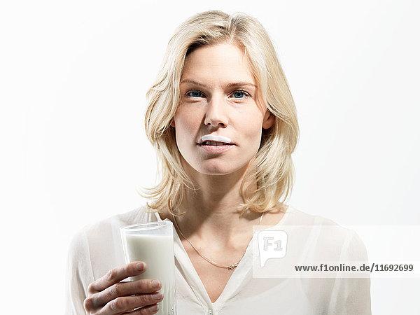 Mittlere erwachsene Frau mit Milchbart  Studioaufnahme