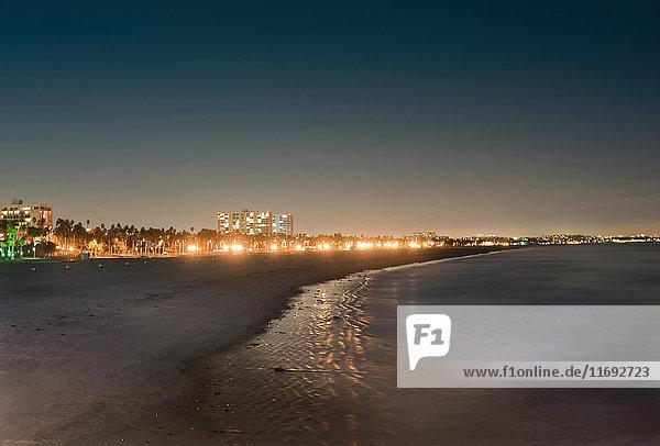 Die Küste von Los Angeles leuchtet nachts