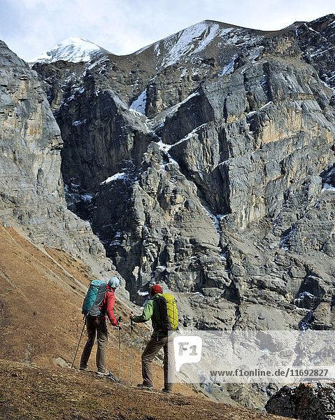 Trekker beim Wandern auf einem Bergrücken in Yak Kharka  Nepal