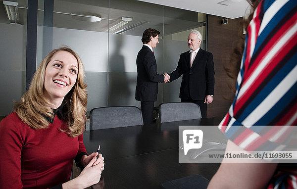 Geschäftsleute im Besprechungsraum