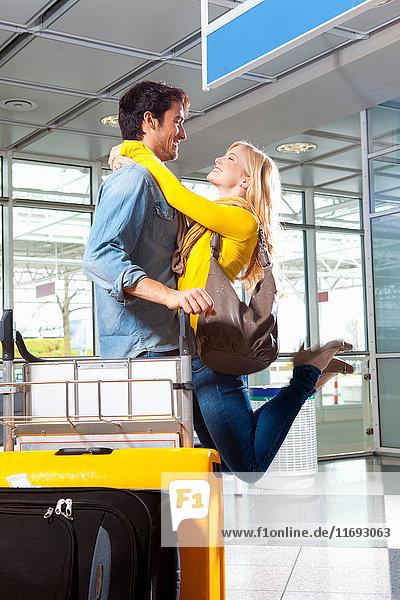 Paar spielt im Flughafen
