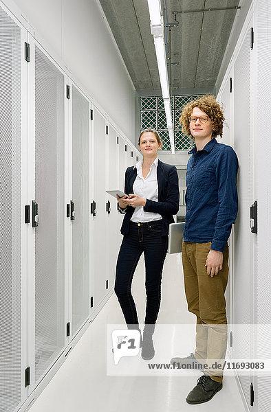Zwei Mitarbeiter stehen im Datenspeicherraum