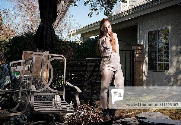 Frau im baufälligen Hinterhof stehend