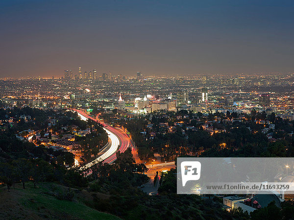 Luftaufnahme von Los Angeles bei Nacht