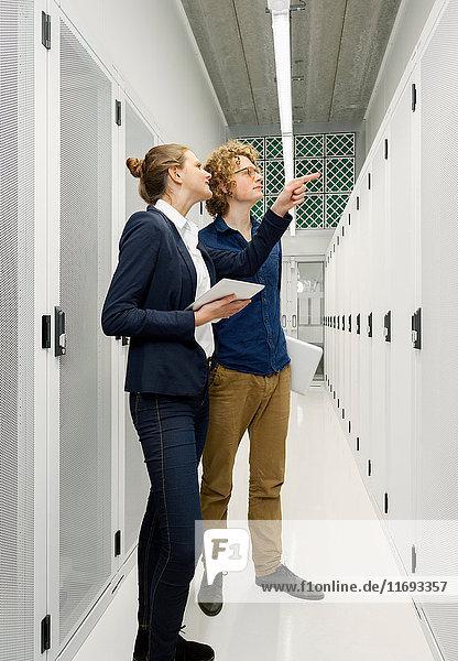 Zwei Mitarbeiter in Diskussion im Datenspeicherraum