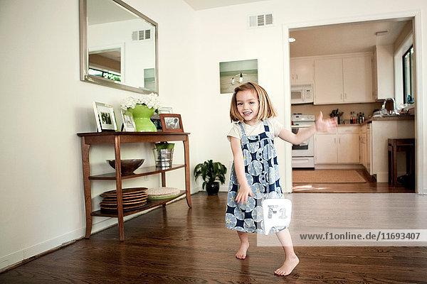 Kleines Mädchen tanzt zu Hause