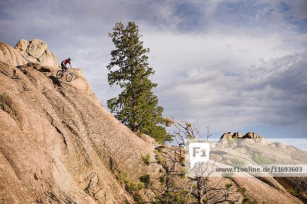 Mountainbiker auf Felsformationen