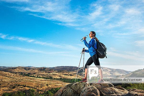 Wanderin am Fels  Trinkwasser
