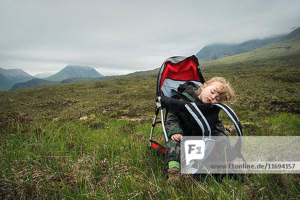 Kleinkind Mädchen schläft im Gepäckträger