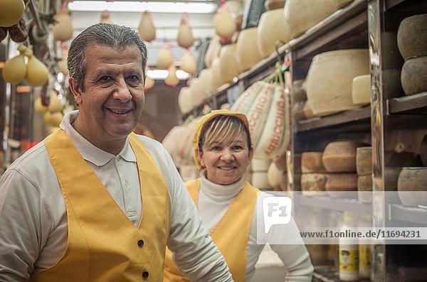 Mann und Frau im Käseladen