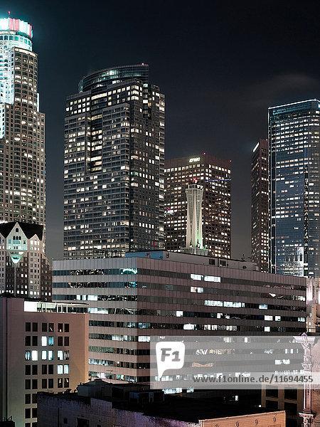 Wolkenkratzer in Los Angeles erhellen nachts