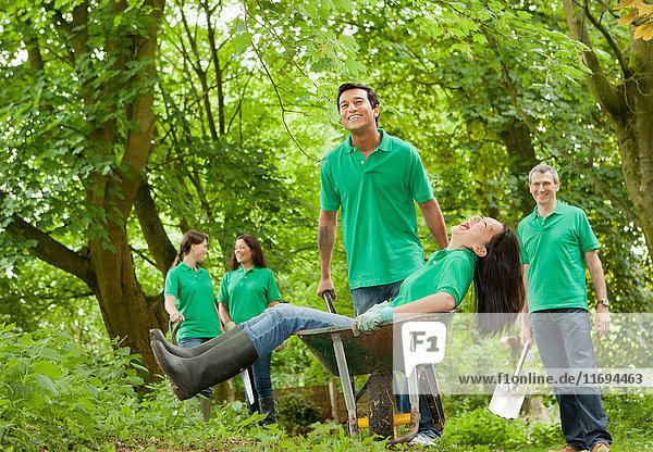 Gärtner spielen gemeinsam im Park