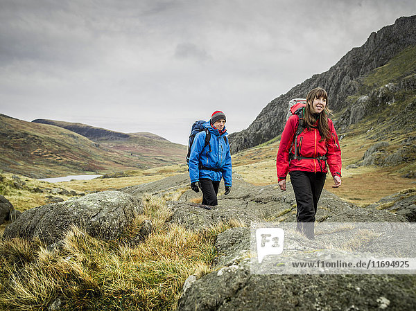 Wandern zu zweit in felsiger Landschaft