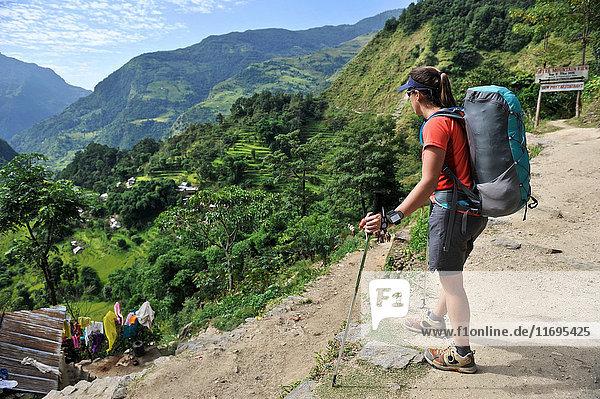 Weibliche Trekkerin schaut auf Aussicht  Bahundanda  Nepal