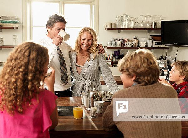 Gemeinsames Sitzen am Küchentisch beim Frühstück