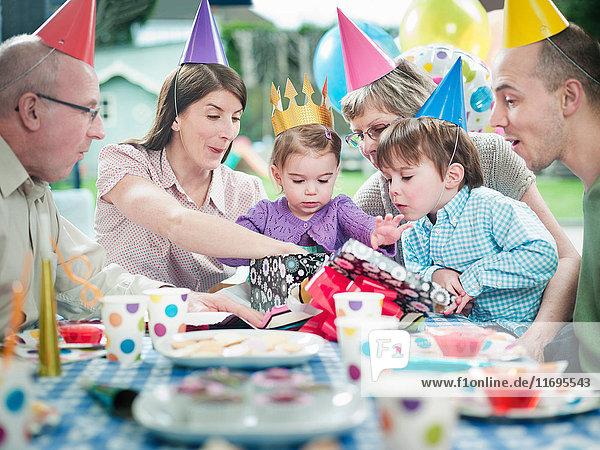 Mädchen mit Familie auf Geburtstagsfeier