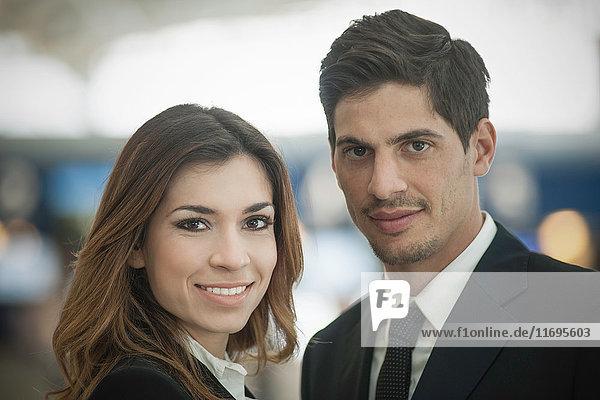 Porträt von Geschäftsleuten  die in die Kamera lächeln