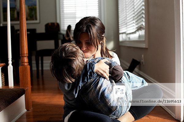 Mutter und Sohn spielen im Flur