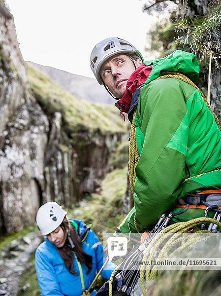 Felskletterer erklimmt steile Felswand