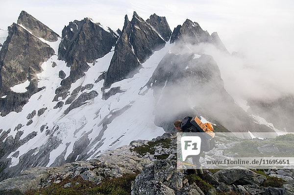 Rucksacktouristin auf einem Bergrücken mit Nebel  Picket Pass  North Cascades National Park  WA  USA