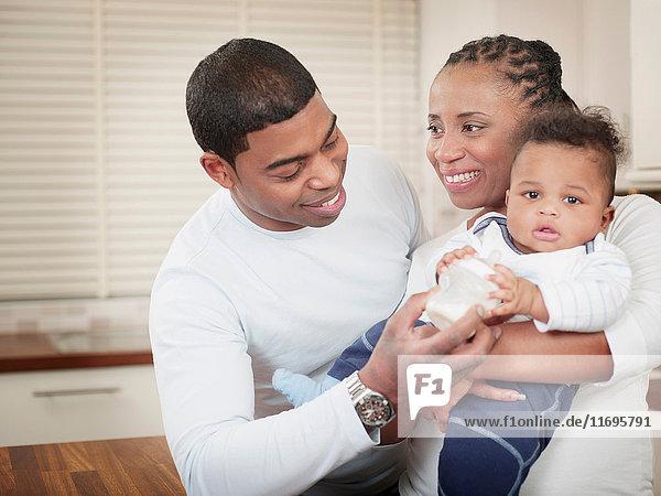 Eltern mit Babyjunge und Babyflasche