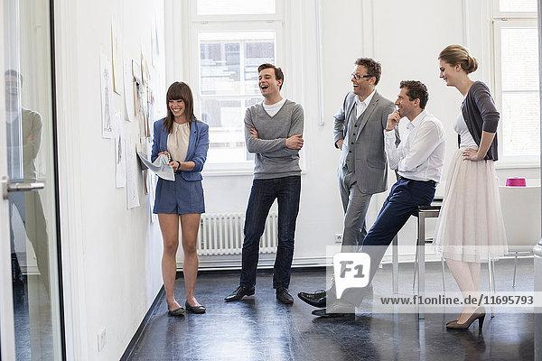 Geschäftsleute untersuchen Stoffmuster