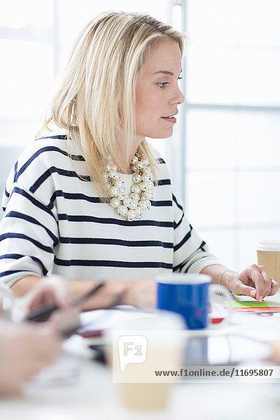 Junge Frau am Schreibtisch im Kreativbüro