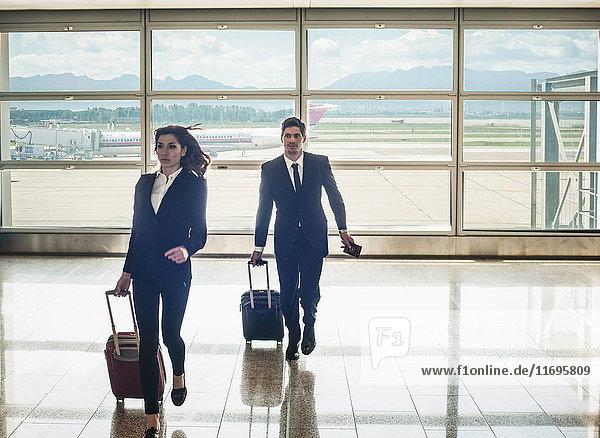 Auf dem Flughafen laufende Geschäftsleute