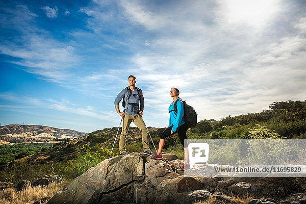 Wanderer auf Fels stehend