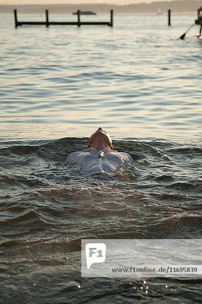 Im Wasser schwimmender Mann
