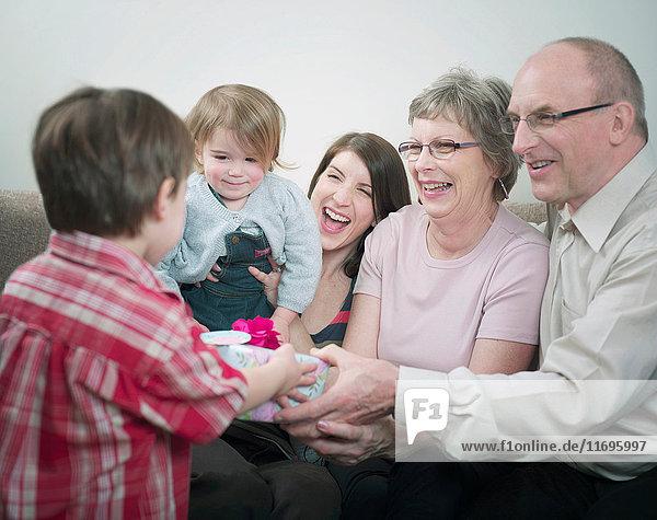 Drei Generationen Familie mit Geschenken