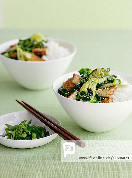 Schüssel Reis mit Broccolini