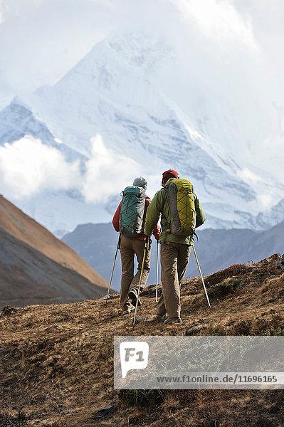 Trekker beim Wandern auf einem Bergrücken in Thorung La  Nepal