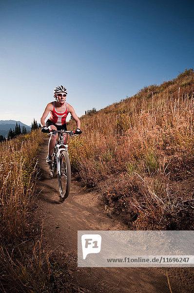 Mountainbiker auf unbefestigtem Weg