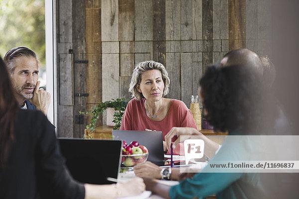 Geschäftsfrau bei der Besprechung in einem tragbaren Büro-LKW
