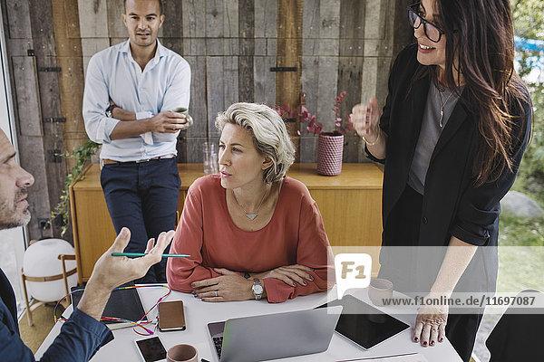 Geschäftskollegen diskutieren im tragbaren Bürotruck