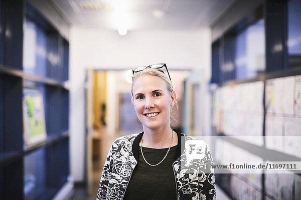 Porträt der Lehrerin im Schulflur lächelnd